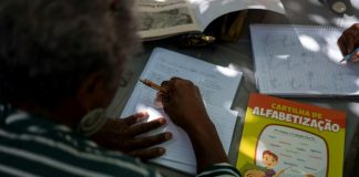 Teachers occupy Rio squares offering free classes
